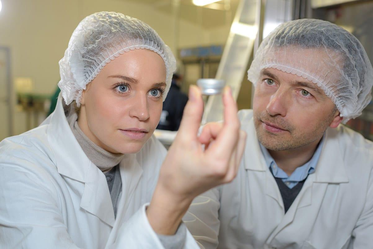 Cientista industrial a segurar um objeto