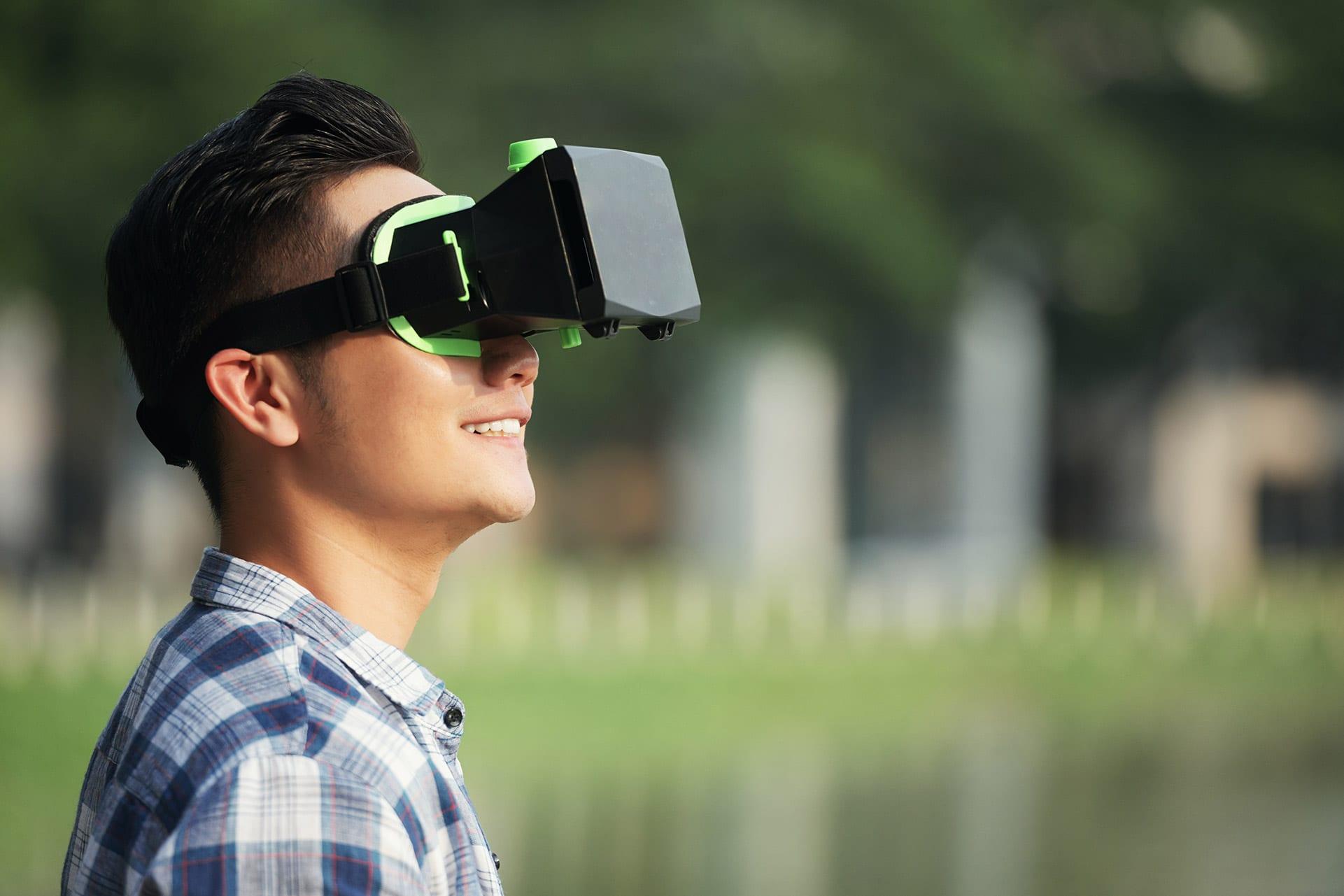 Homem desfrutando de novo aplicativo VR
